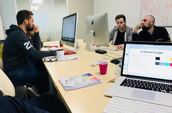 Trois personnes travaillent ordinateur générer le style