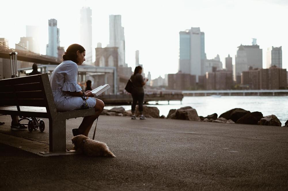 Femme qui lit sur un banc