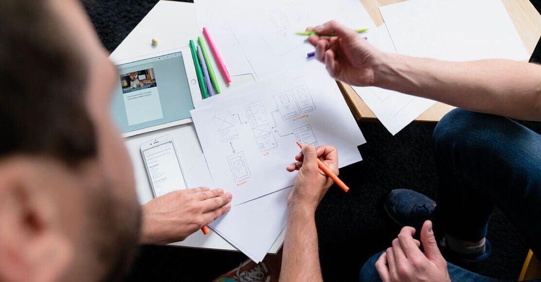 Travail d'interface sur feuille de papier et tablette
