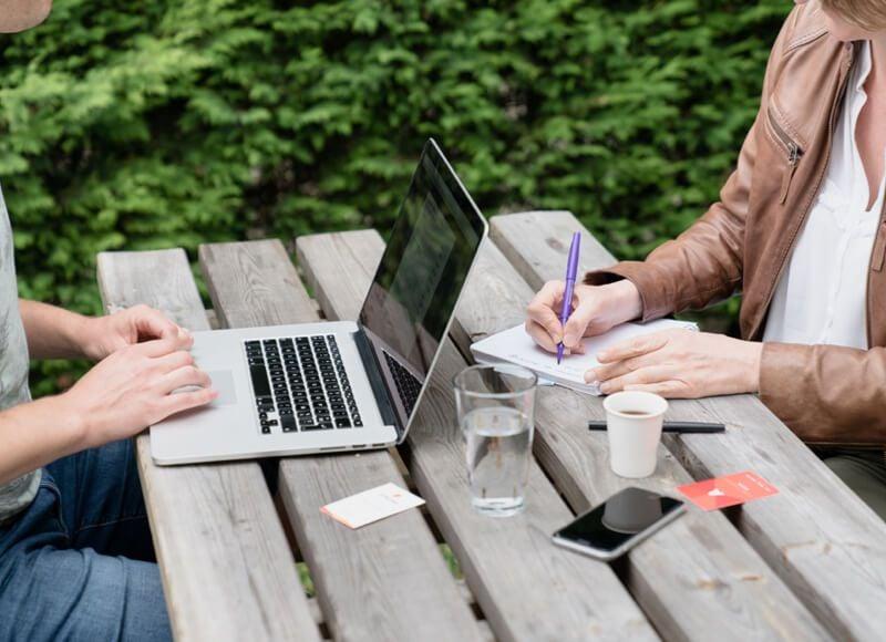 Collaborateurs travaillant sur la terrasse Atecna