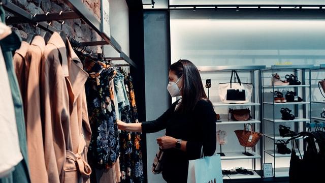 en train de choisir de faire du shopping