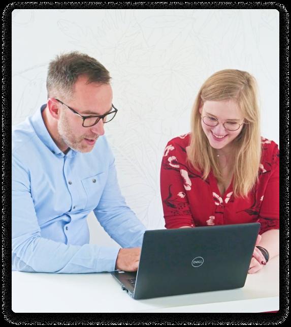deux personnes sur un ordinateur
