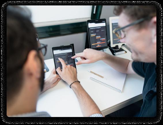 Deux collaborateurs testant une fonction sur une tablette